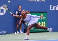 champion Serena Williams du Grand Chelem 23-time dans l'action pendant son rond 2018 d'US Open du match 16 au centre national de  image stock