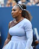 champion Serena Williams du Grand Chelem 23-time dans l'action pendant son rond 2018 d'US Open du match 16 au centre national de  photo libre de droits