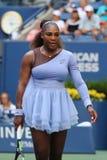 champion Serena Williams du Grand Chelem 23-time dans l'action pendant son rond 2018 d'US Open du match 16 au centre national de  photos libres de droits