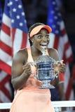Champion Sloane Stephens de l'US Open 2017 des Etats-Unis posant avec le trophée d'US Open pendant la présentation de trophée photos libres de droits