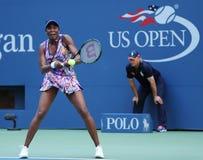 Champion Venus Williams de Grand Chelem dans l'action pendant le premier match de rond à l'US Open 2016 Images libres de droits