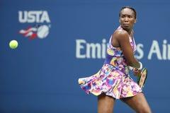 Champion Venus Williams de Grand Chelem dans l'action pendant le premier match de rond à l'US Open 2016 Image stock