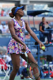 Champion Venus Williams de Grand Chelem dans l'action pendant le premier match de rond à l'US Open 2016 Images stock