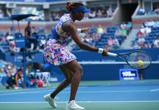 Champion Venus Williams de Grand Chelem dans l'action pendant le premier match de rond à l'US Open 2016 Photos libres de droits