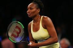 Champion Venus Williams de Grand Chelem des Etats-Unis dans l'action pendant événement de tennis d'anniversaire d'épreuve de forc Images stock