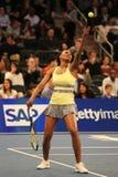 Champion Venus Williams de Grand Chelem des Etats-Unis dans l'action pendant événement de tennis d'anniversaire d'épreuve de forc Image stock