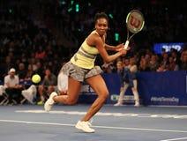 Champion Venus Williams de Grand Chelem des Etats-Unis dans l'action pendant événement de tennis d'anniversaire d'épreuve de forc Photo stock