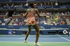 Champion Venus Williams de Grand Chelem des Etats-Unis dans l'action pendant son match du rond 4 à l'US Open 2017 Photographie stock libre de droits