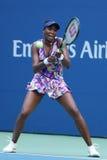 Champion Venus Williams de Grand Chelem des Etats-Unis dans l'action pendant son premier match de rond à l'US Open 2016 Image stock