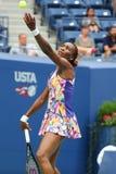 Champion Venus Williams de Grand Chelem des Etats-Unis dans l'action pendant son premier match de rond à l'US Open 2016 Images libres de droits