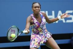 Champion Venus Williams de Grand Chelem des Etats-Unis dans l'action pendant son premier match de rond à l'US Open 2016 Photographie stock