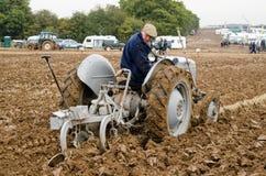 Championnat de labourage - tracteur de vintage Photos stock