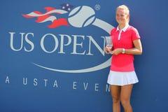 Championne junior Marie Bouzkova de filles de l'US Open 2014 de République Tchèque pendant la présentation de trophée Images stock