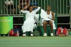 Champions olympiques Serena et Venus Williams des Etats-Unis dans l'action pendant le premier match de rond de doubles de Rio 201 Photos stock
