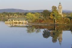 Champlain latarnia morska przy korona punktem i pomnik, Nowy Jork na Jeziornym Champlain zdjęcie royalty free