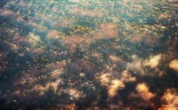 Champs énormes et petite ville vus par la fenêtre Images stock