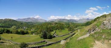 Champs avec les collines éloignées derrière, panoramique Photos stock