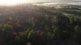Champs brumeux dans la vue d'oeil d'oiseaux de matin banque de vidéos
