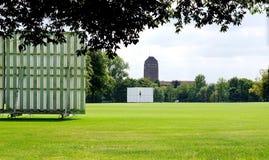 Champs de sports d'université, tour de bibliothèque universitaire, Cambridge photographie stock libre de droits