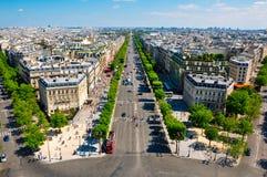 Champs Elysées som ses från Arcet de Triomphe. Arkivfoto