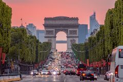 Champs Elysees και το τόξο de Triomphe During ένα ρόδινο ηλιοβασίλεμα στοκ εικόνες