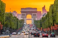 Champs Elysees και το τόξο de Triomphe During ένα χρυσό ηλιοβασίλεμα στοκ εικόνες με δικαίωμα ελεύθερης χρήσης