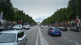 Champs-Elysees e Arc de Triomphe Parise, Francia stock footage