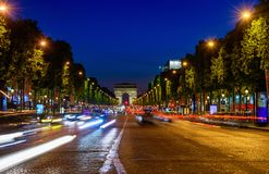Champs-Elysees en Arc de Triomphe bij nacht in Parijs royalty-vrije stock foto