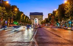 Champs-Elysees y Arc de Triomphe en la noche en París fotografía de archivo libre de regalías