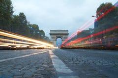 Champs-Elysees y Arc de Triumph en París, Francia foto de archivo libre de regalías
