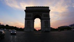 champs elyseesmening met verkeer bij zonsondergang, Parijs, Frankrijk, 4k stock footage