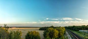 Champs et chemin de fer de blé agricoles de panorama Images stock