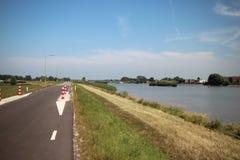 Champs, routes, voies pour bicyclettes et canaux le long de la digue du Hollandsche IJssel dans Moordrecht, Pays-Bas photos libres de droits