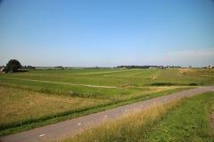 Champs, routes, voies pour bicyclettes et canaux le long de la digue du Hollandsche IJssel dans Moordrecht, Pays-Bas photos stock