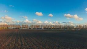 Champs sous le ciel et les nuages dans la campagne néerlandaise près de Rotterdam, Pays-Bas image stock