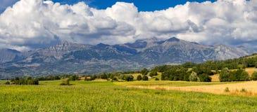Champsaur dal från Mansepasserandet i sommar Hautes-Alpes fjällängar, Frankrike arkivbild
