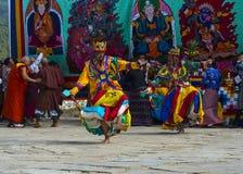 Chamtanz, zwei Tänzer bewegen sich in eine verwickelte Reihe Schritte, Bumthang, Mittel-Bhutan lizenzfreie stockbilder