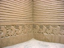 Chan Chan Trujillo, Peru - Oktober 18, 2006: Vägglättnad i forntida fördärvar Arkivfoto