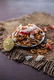 Chana Chur Garam populär indier och asiatmellanmål eller aptitretare arkivfoto