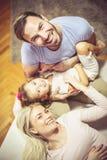 Chanceux être entouré par l'amour du ` s de maman et de papa images stock
