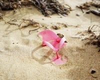 Chancleta como restos flotantes en la playa arenosa fotografía de archivo