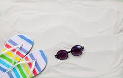 Chancletas coloridas y gafas de sol del verano Fotografía de archivo