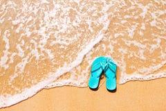 Chancletas en la arena Fotos de archivo libres de regalías