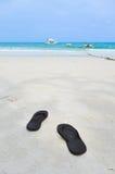 Chancletas en la playa Fotos de archivo libres de regalías