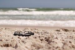 Chancletas en la playa Imagenes de archivo