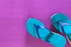 Chancletas para mujer del verde azul de los zapatos en el fondo violeta en político Fotos de archivo libres de regalías