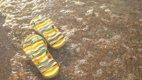 Chancletas que flotan en el agua almacen de metraje de vídeo