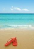 Chancletas rojas en la playa Fotografía de archivo libre de regalías
