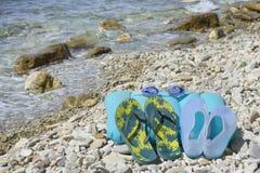 Chancletas y vidrios por el mar Fotos de archivo