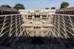 Chand Baori Stepwell i by av Abhaneri Royaltyfri Fotografi